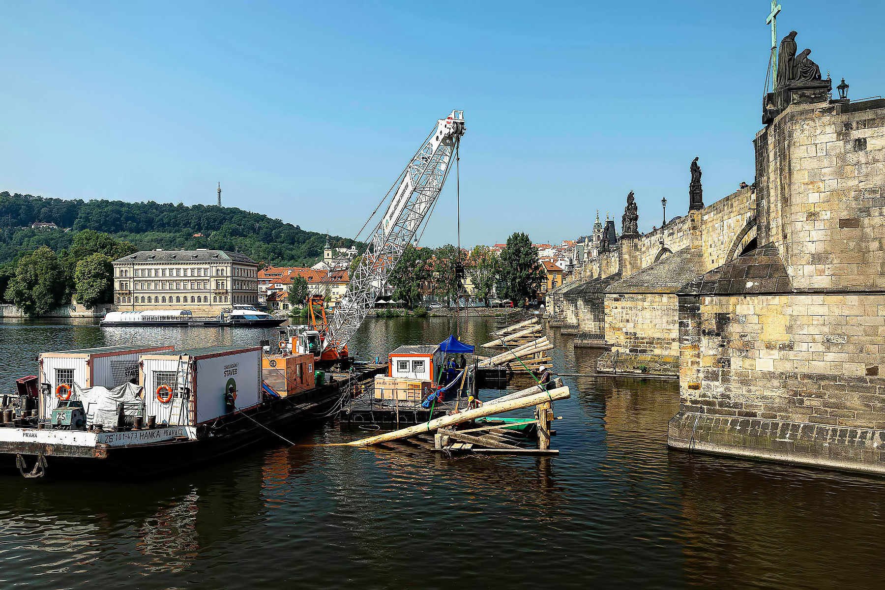 Oprava ledolamů před Karlovým mostem v Praze