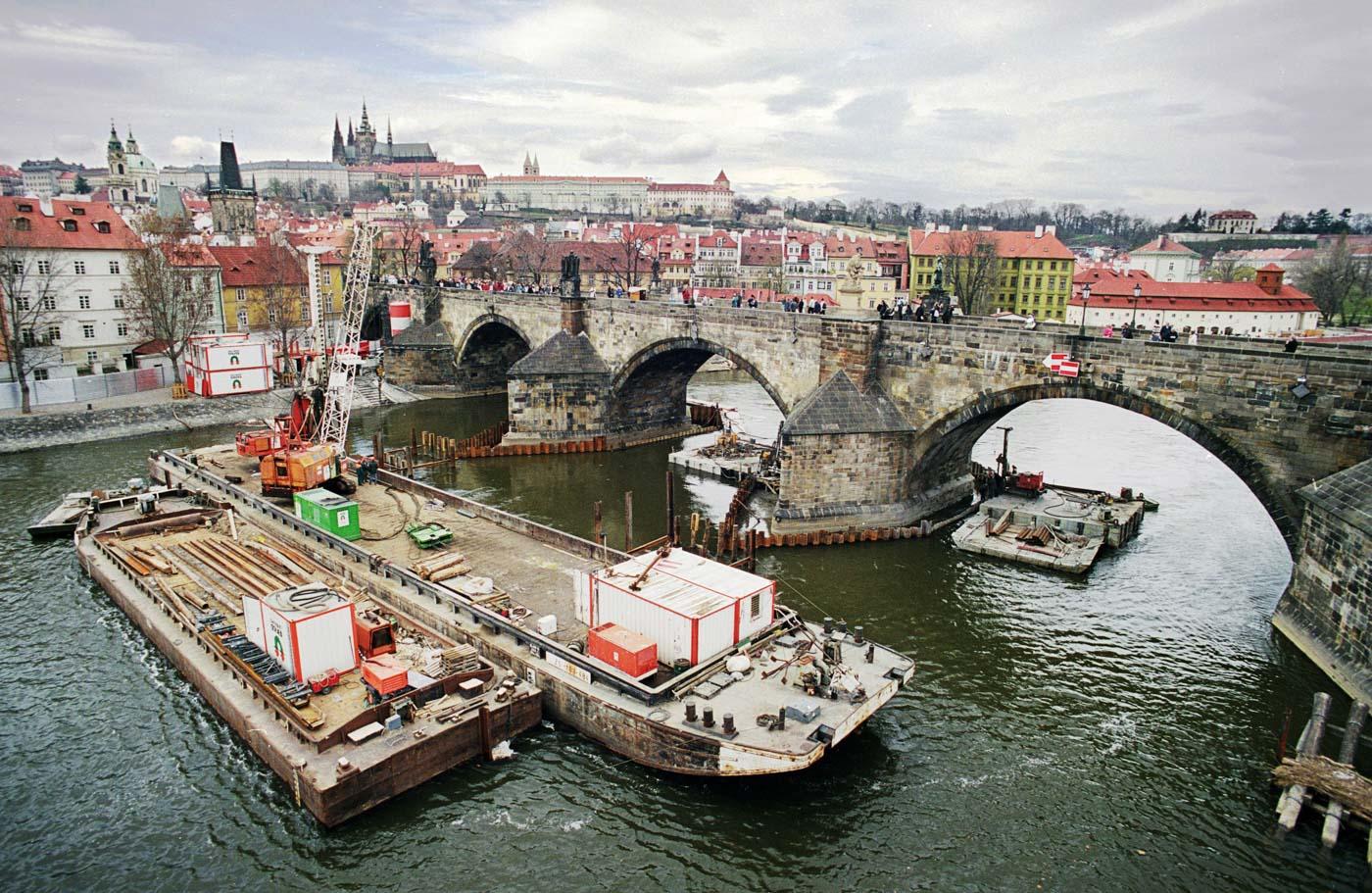 Karlův most — definitivní ochrana základů pilířů č. 8 a 9